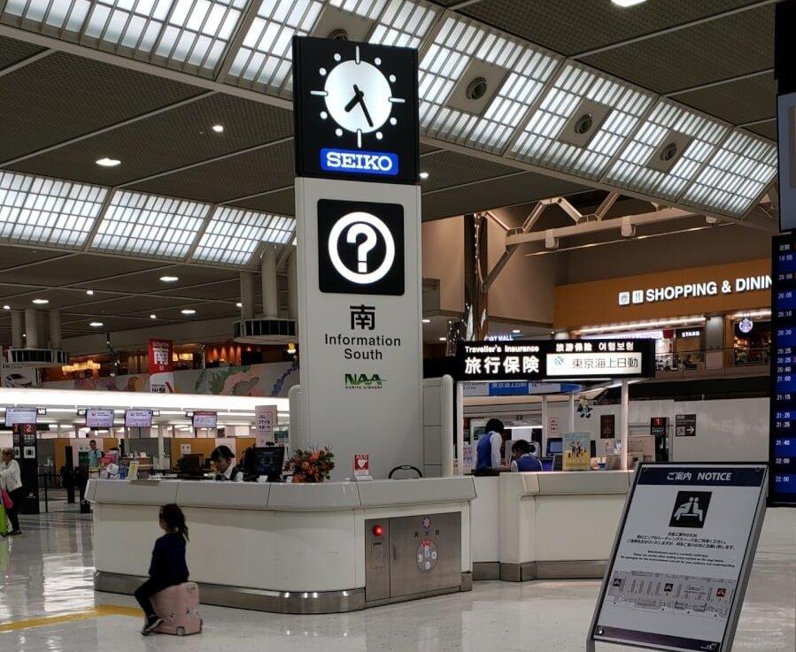 成田空港第2ターミナルのカウンターと東京海上日動の旅行保険