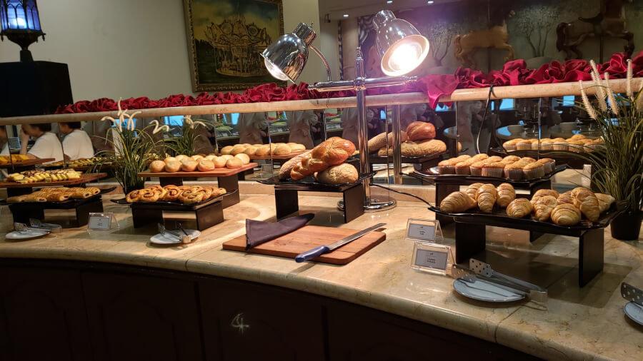パレス オブ ザ ゴールデン ホーセズの朝食ビュッフェのパン