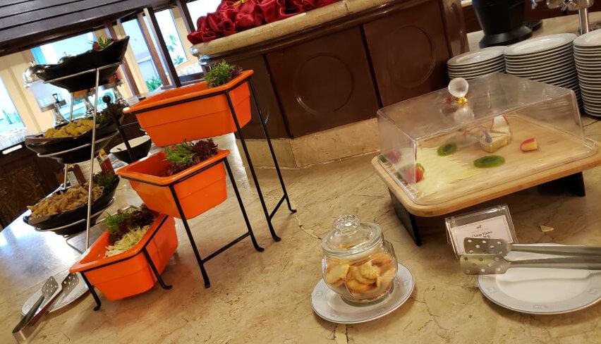 パレス オブ ザ ゴールデン ホーセズの朝食ビュッフェのサラダとチーズ