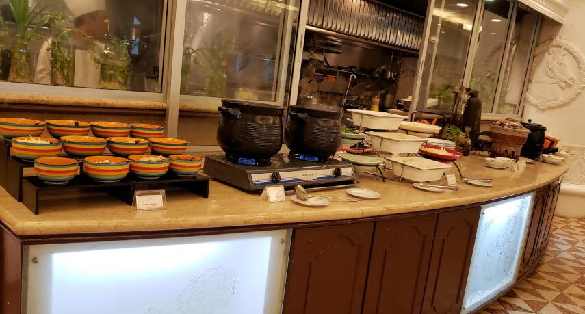 パレス オブ ザ ゴールデン ホーセズの朝食ビュッフェのヌードルとお粥